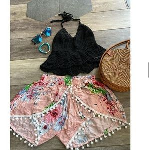 Gorgeous pompom shorts in peach floral
